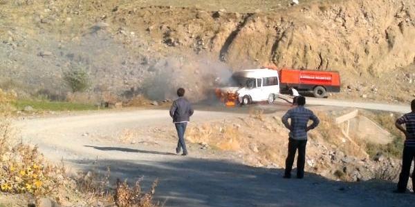 Kağizman'da Yolcu Minibüsü Seyir Halindeyken Alev Aldi