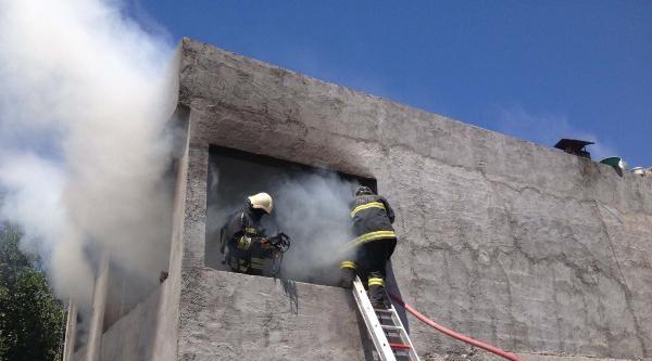 Kahramanmaraş'ta Çocuklarin Çikardiği Ev Yangınını İtfaiyeye Söndürdü