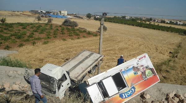 Kahta'da Devrilen Kamyonun Sürücüsü Yaralandı
