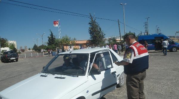 Kahta'da Jandarmadan Yol Uygulaması