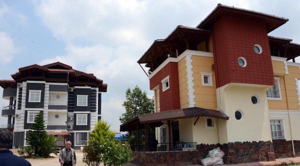 Kalaşnikofla Saldırılan 'şato' Gibi Evde 4 Uzi Bulunmuş