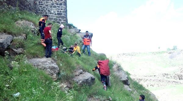Kale Surlarından Düşen Genç Kız Yaralandı