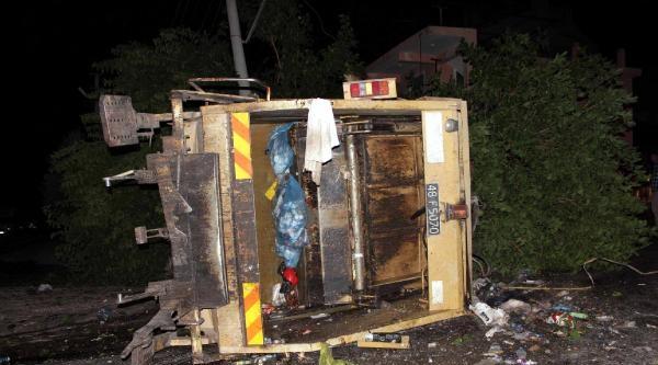 Kamyon Elektrik Direğine Çarpti, 2 Kişi Öldü, 1 Kişi Akıma Kapıldı