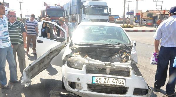 Kamyon İki Otomobile Çarpti: 2 Yaralı