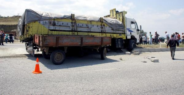 Kamyon Traktöre Çarpti: 1 Ölü