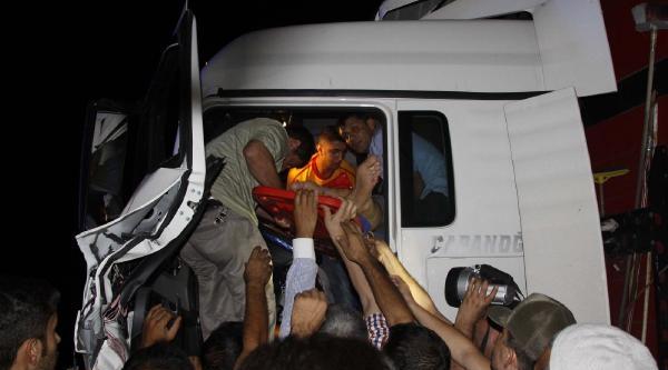 Kamyona Arkadan Çarpan Tır'ın Sürücüsü Yaralandı