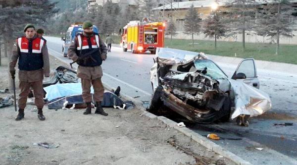 Kamyona Çarpan Otomobildeki 3 Kişi Öldü-ek Fotoğraflar