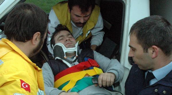 Kamyonet Aydınlatma Direğine Çarpti, Sürücü Yaralandı