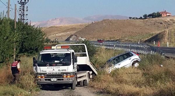 Kamyonet Otomobille Çarpişti: 1 Ölü, 3 Yaralı