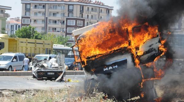 Kamyonet Sürücüsü Ölünce Çarpan Kamyonu Yaktılar
