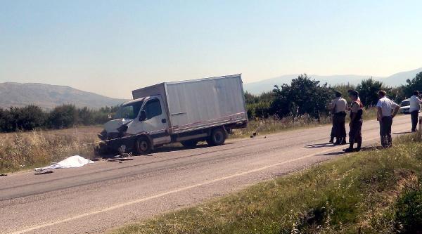 Kamyonet Traktöre Çarpti: 1 Ölü, 1 Yaralı