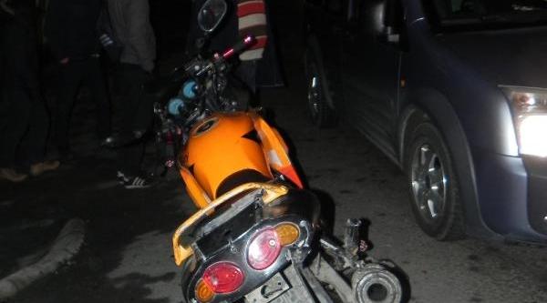 Kamyonete Çarpan Motosikletin Sürücüsü Yaralandi