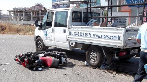 Kamyonetle Çarpişan Motosikletin Sürücüsü Yaralandı