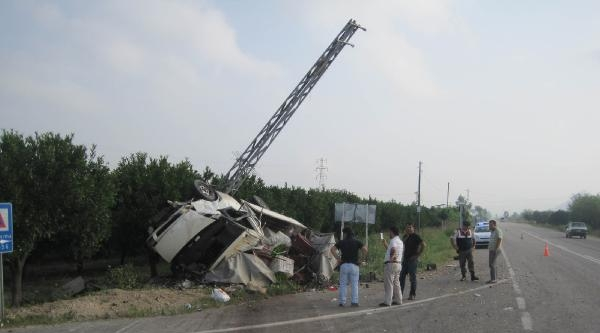 Kamyonetle Otomobil Çarpişti: 1 Ölü, 3 Yaralı
