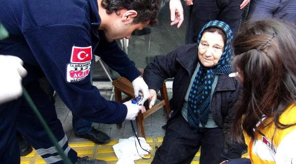 Kamyonun Açılan Kapağı Kaldırımdaki Kadına Çarpti