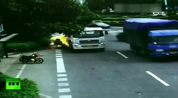 Kamyonun Çarptiği Kadin Motosikletçi Böyle Alevler Içinde Kaldi