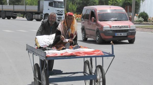 Kanser Hastası Eşini El Arabası İle Hastaneye Götürüyor