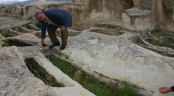 Kapadokya'da 3 Metrelik Kayaya Oyulu Mezar