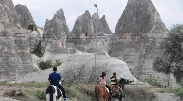 Kapadokya'da Atlı Gezilere Turistlerden İlgi