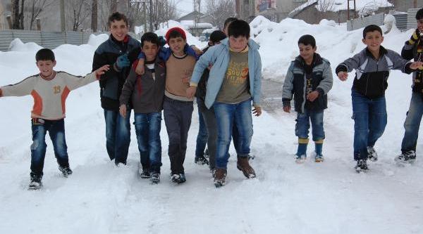 Kar Tatilinde Çocuklarin Gece  Kayak Keyfi