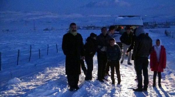 Kar Ve Tipi Yollari Kapadi Öğrenciler Mahsur Kaldi