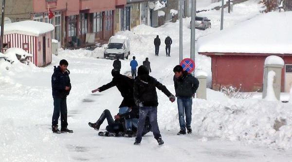 Kar Yağdi, Karliova'da Hayat Durdu