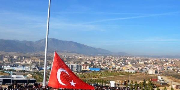 Karabük Üniversitesi'nde Dev Türk Bayraği Göndere Çekildi