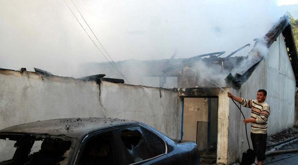 Karabük'te 3 Ev, 1 Otomobil Yandı