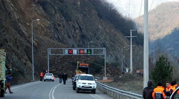 Karabük'te Heyelan Yolu Ulaşıma Kapattı