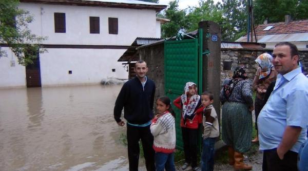 Karabük'te Heyelan Yolu Ulaşıma Kapattı (2)