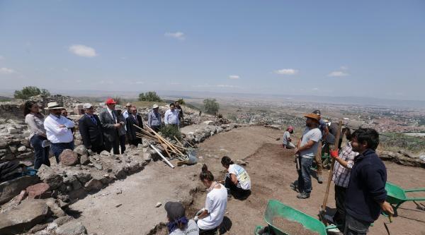 Karacahisar Kalesi'ndeki Kazıya Tatil Yok