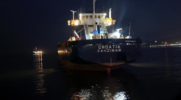 Karaya Oturan Gemiyi Kurtarma Çalişmalari Sürüyor