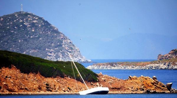 Karaya Oturan Yelkenli Teknedeki 2 Kişiyi Sahil Güvenlik Kurtardı