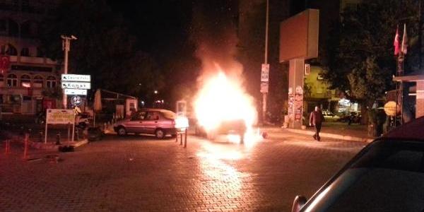 Kardeşini Biçaklayan Taksicinin Aracini Ateşe Verdi
