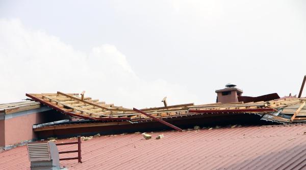 Karlıova'da Fırtına Çatilari Uçurdu