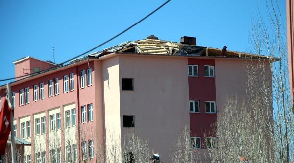Karlıova'da Fırtınadan Binaların Çatilari Uçtu