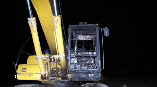 Karlıova'da İş Makinesi Yakıldı