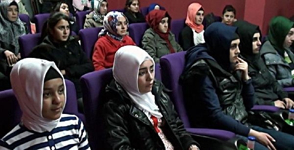 Karliova'da  Polisten Öğrenciler Için Sinema Salonu