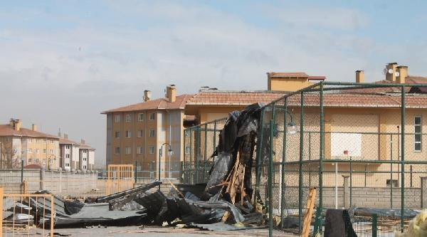 Kars Ve Iğdir'da Şiddetli Rüzgar Çatilari Uçurdu