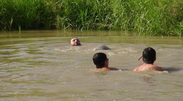 Karslı Derede Yüzüyor, Çimler Üzerinde Bronzlaşıyor