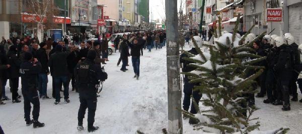 Kars'ta Göstericiler Taş Atti, Polis Müdürünün Başi Yarildi