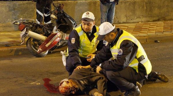 Kask Takmayan Motosiklet Sürücüsü Ağir Yaralandi