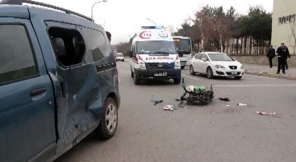 Kasksız Mobilet Sürücüsü Kazada Yaralandı