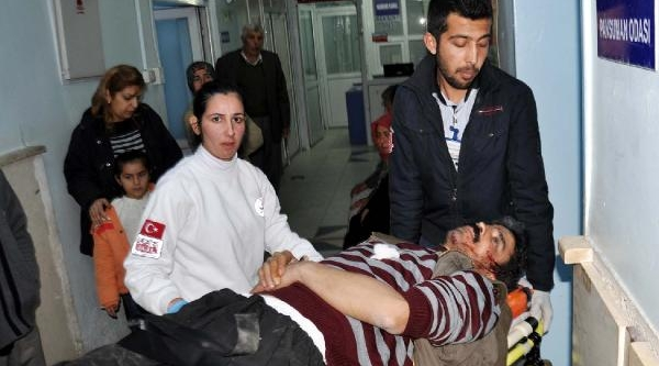 Kavgayi Ayirmak Isteyen 2 Kişi Biçakla Yaralandi