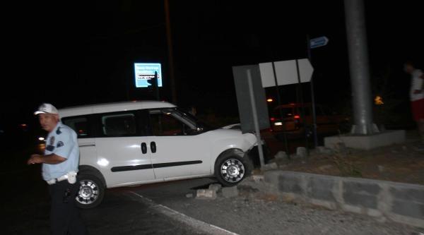 Kavşakta 2 Araç Çarpişti: 4 Yaralı