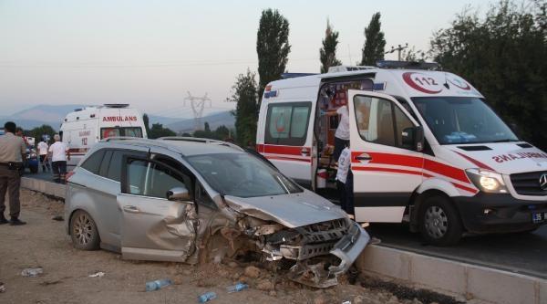 Kavşakta İki Otomobil Carpıştı: 8 Yaralı