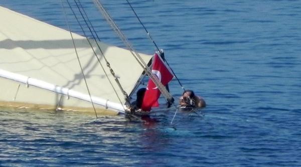Kayıklara Çarpip Yan Yatan Tur Teknesi Korkuttu