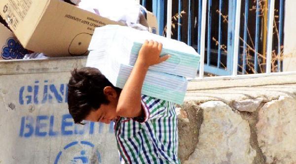 Kayıt İçin Gelen Öğrenciler Kitap Kolisi Taşıdı