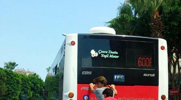 Kaykayla Otobüs Arkasında Tehlikeli Yolculuk