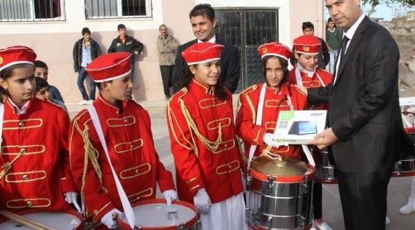 Kaymakam, Çocuk Bando Takimi'na Tablet Bilgisayar Hediye Etti